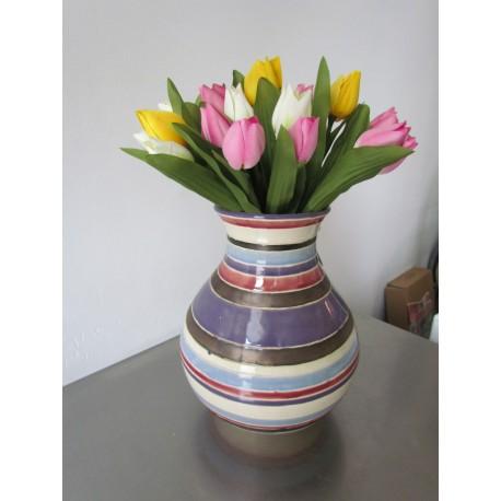 stenen vaas met zijden tulpen