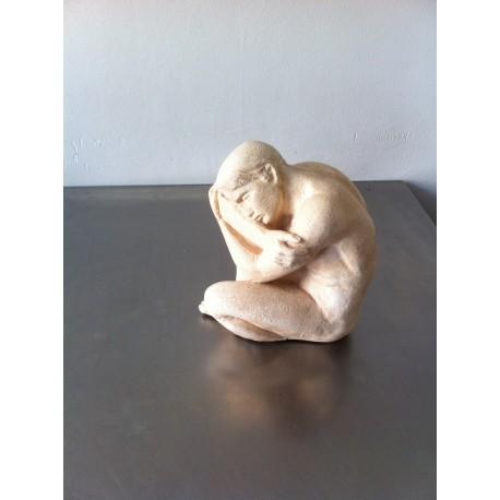 wit stenen beeld man