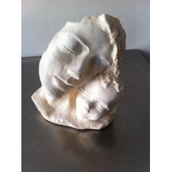 stenen beeld,vrouw met kind