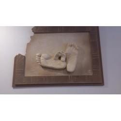 stenen reliëf 2 paar voeten